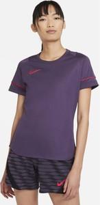 Fioletowy t-shirt Nike w sportowym stylu z krótkim rękawem z okrągłym dekoltem
