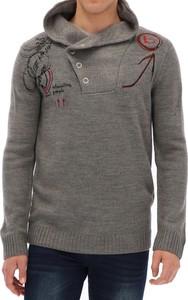 Sweter Desigual ze stójką w młodzieżowym stylu