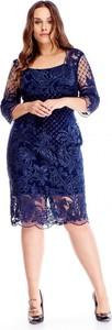 Niebieska sukienka omnido.pl dla puszystych z okrągłym dekoltem