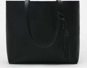 Czarna torebka Cropp w wakacyjnym stylu duża