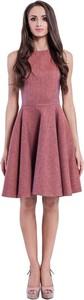Różowa sukienka Manifiq&Co. z tkaniny