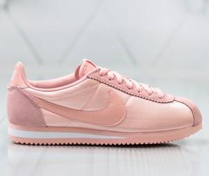 Różowe buty sportowe Nike sznurowane z płaską podeszwą w sportowym stylu