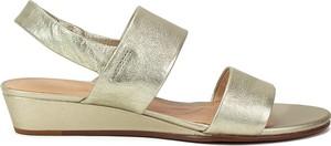 Złote sandały Clarks na niskim obcasie ze skóry