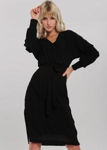 Czarna sukienka Renee midi dopasowana z dekoltem w kształcie litery v