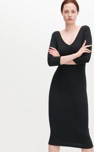 Czarna sukienka Reserved w stylu casual z dekoltem w kształcie litery v dopasowana