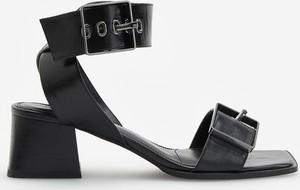 Czarne sandały Reserved z klamrami na średnim obcasie