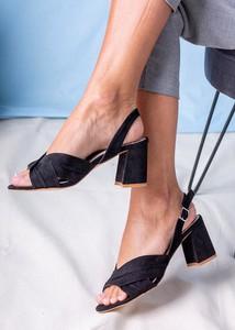 Czarne sandały Casu ze skóry na obcasie