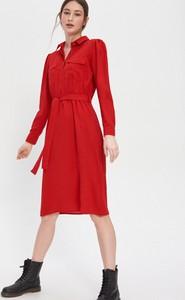Czerwona sukienka House w stylu casual koszulowa z kołnierzykiem