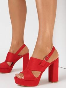 Czerwone sandały born2be z zamszu z klamrami