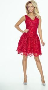 Czerwona sukienka imesia.pl w koronkowe wzory w stylu glamour
