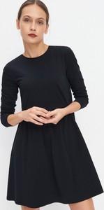 Czarna sukienka Mohito w stylu casual z okrągłym dekoltem