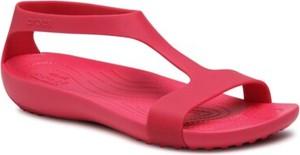 Czerwone sandały Crocs w stylu casual z płaską podeszwą