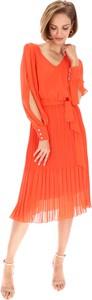 Pomarańczowa sukienka POTIS & VERSO z dekoltem w kształcie litery v z szyfonu