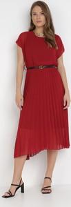 Czerwona sukienka born2be z okrągłym dekoltem z krótkim rękawem