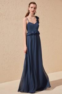 Sukienka Trendyol z dekoltem w kształcie litery v na ramiączkach