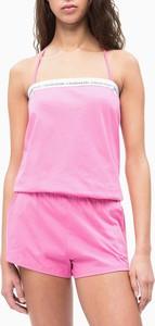 Różowy kombinezon Calvin Klein w młodzieżowym stylu