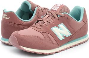 Różowe buty sportowe New Balance w sportowym stylu