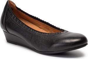 Czarne półbuty Caprice w stylu casual na koturnie