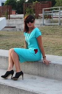 Niebieska sukienka Szarymary midi z okrągłym dekoltem w sportowym stylu