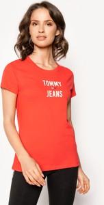 Czerwony t-shirt Tommy Jeans z okrągłym dekoltem z krótkim rękawem