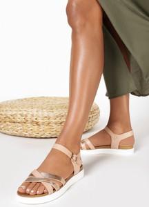 Złote sandały born2be z płaską podeszwą w stylu casual