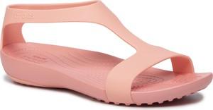 Różowe sandały Crocs w młodzieżowym stylu z płaską podeszwą