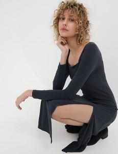 Czarna sukienka Sinsay midi z dekoltem w kształcie litery v