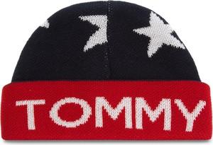 Czarna czapka Tommy Hilfiger w street stylu