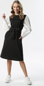Czarna sukienka born2be z okrągłym dekoltem