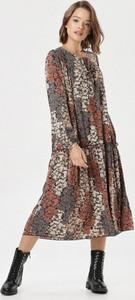 Brązowa sukienka born2be z okrągłym dekoltem z długim rękawem