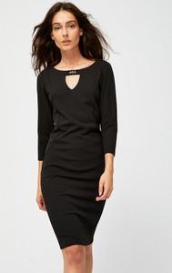 Czarna sukienka Moodo dopasowana z okrągłym dekoltem z długim rękawem