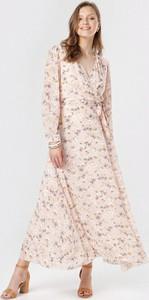 Różowa sukienka born2be z długim rękawem w stylu casual z dekoltem w kształcie litery v