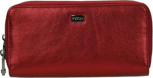 Czerwony portfel bez wzorów