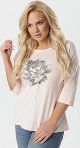 Różowa bluzka born2be w stylu casual z długim rękawem z nadrukiem