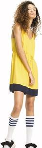 Żółta sukienka Tommy Jeans sportowa z dekoltem w kształcie litery v w młodzieżowym stylu