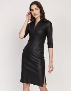 Czarna sukienka Lanti ze skóry ekologicznej z dekoltem w kształcie litery v