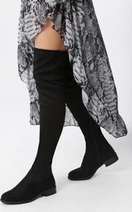 Czarne kozaki born2be w stylu casual za kolano z płaską podeszwą