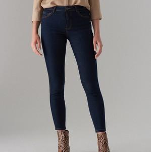 Granatowe jeansy Mohito w młodzieżowym stylu