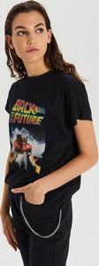 Czarny t-shirt Cropp z okrągłym dekoltem z nadrukiem w młodzieżowym stylu