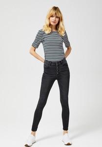 Czarne jeansy Moodo w street stylu