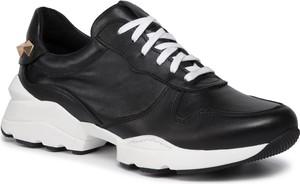 Sneakersy Karino na platformie