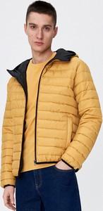 Żółta kurtka Sinsay w młodzieżowym stylu