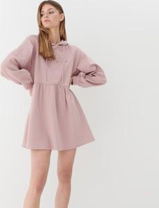 Różowa sukienka Mohito z dresówki