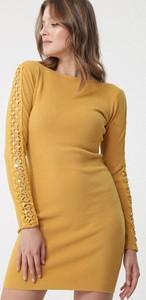 Żółta sukienka born2be z okrągłym dekoltem z długim rękawem