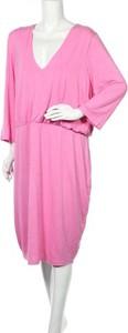 Różowa sukienka Fashion To Figure prosta z długim rękawem midi
