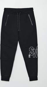 Czarne spodnie Cropp z dresówki z nadrukiem