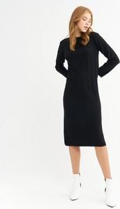 Czarna sukienka BGN z długim rękawem w stylu casual midi