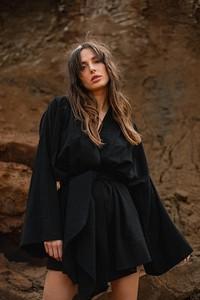 Czarna sukienka Chiara Poland mini z dekoltem w kształcie litery v