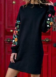 Czarna sukienka Sandbella w stylu casual z długim rękawem z okrągłym dekoltem