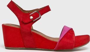 3f1e2a671db06f Czerwone sandały Tamaris ze skóry z klamrami na średnim obcasie